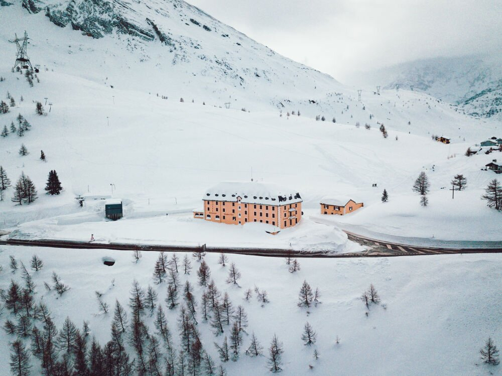 Blank inkszy hotel w Alpach