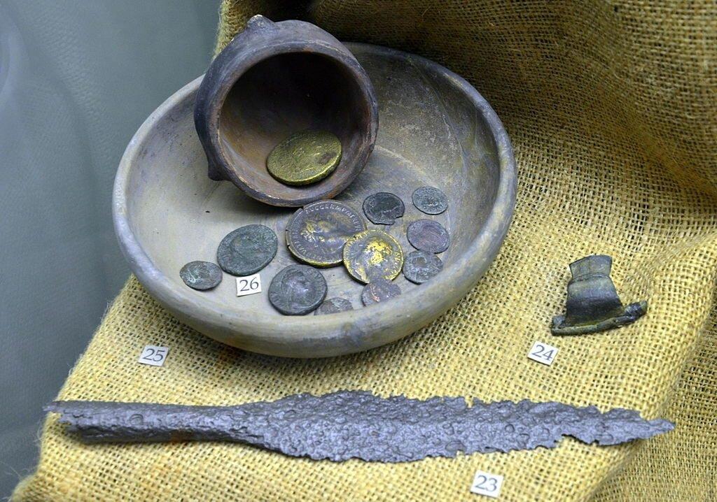 Noczynia i mōnety ze czasōw wpływōw rzimskich. Fot.: Silar / Wikimedia Commons