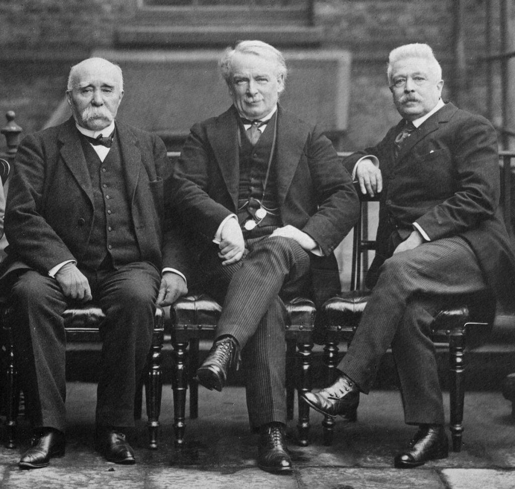 """Trzech spośród czterech autorów Traktatu Wersalskiego: premier Francji Georges """"Tygrys"""" Clemenceau (przydomek w pełni zasłużony, niech was nie zwiedzie """"dziadziusiowata"""", poczciwa powierzchowność), brytyjski premier David Lloyd George oraz premier Włoch Vittorio Emanuele Orlando"""