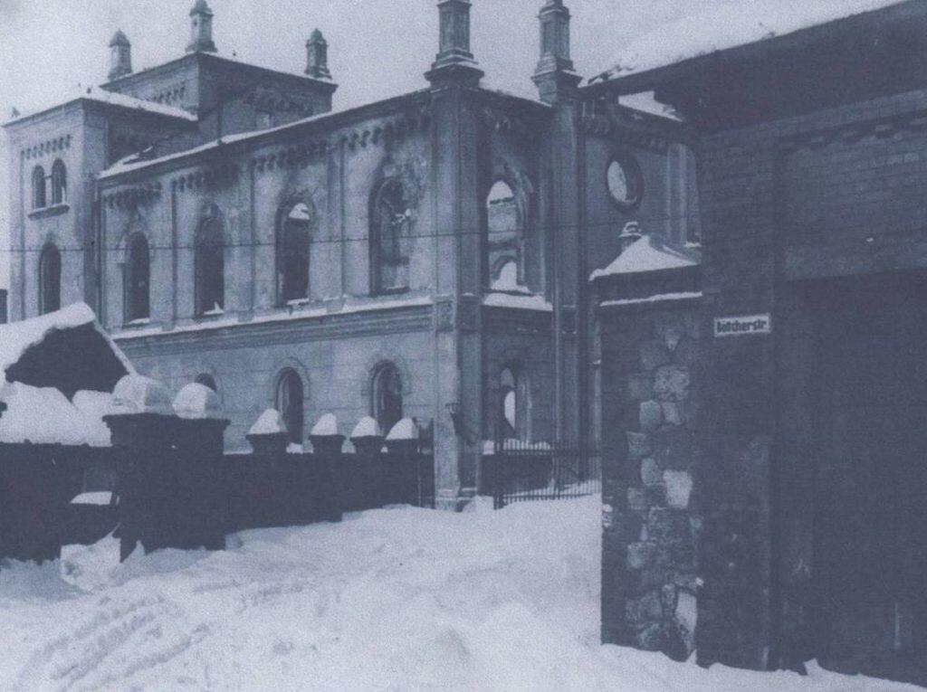 Spalona synagoga przed wyburzeniem w 1943 r.