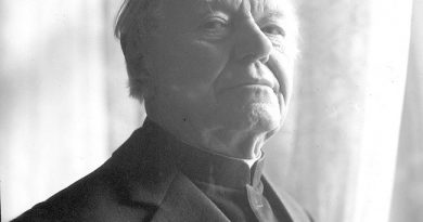 Ks. Franciszek Pawlar na tle Bieńkowic