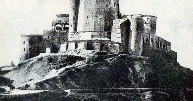 """""""Do Ciymnyj Wieży pōn Roland przibywŏ"""""""