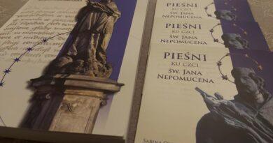 Toszek: książka o św. Janie Nepomucenie wraz z pieśniami