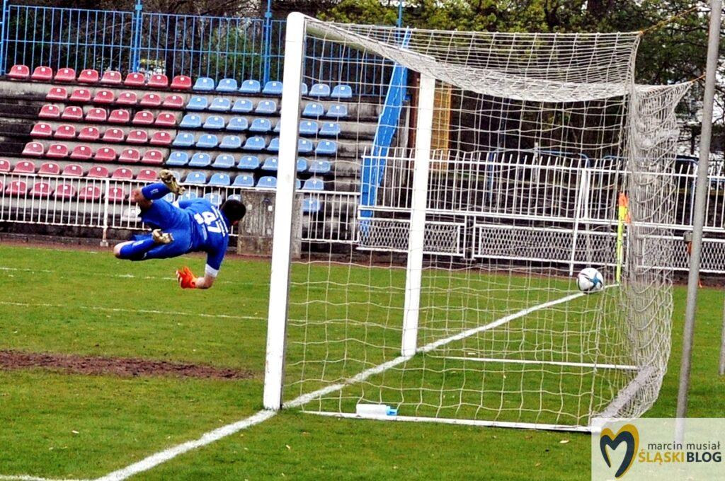 Piłka wlatuje do bramki po strzale Marcina Wodeckiego